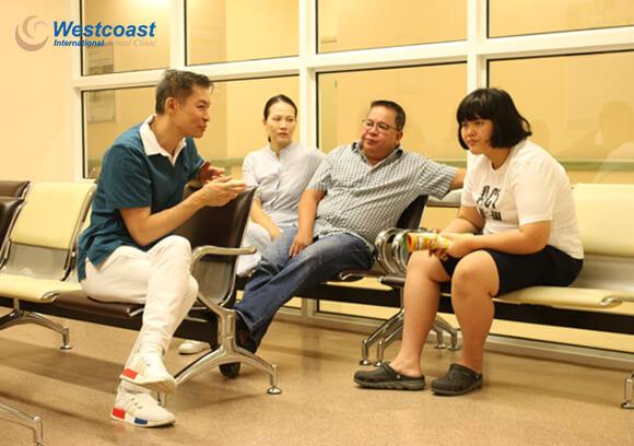 bác sĩ Andrew đang trò chuyện tư vấn với gia đình về việc chăm sóc răng miệng cho trẻ tự kỷ