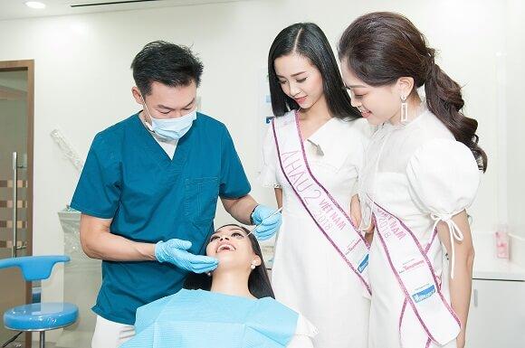 hoa hậu đang được bác sĩ andrew thăm khám răng