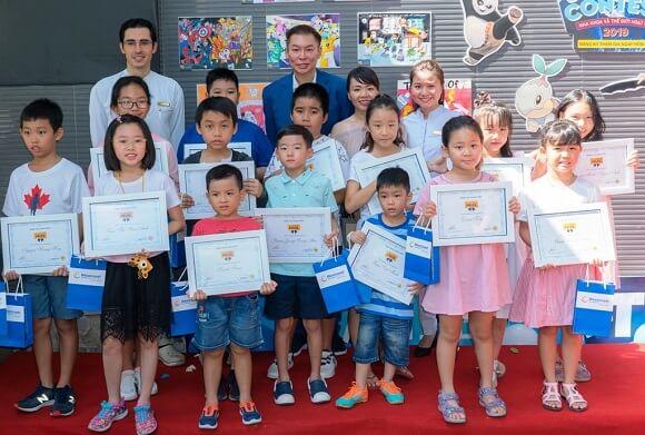 Các bé đạt giải chụp ảnh lưu niệm cùng Giám đốc và bác sĩ Nha khoa Westcoast.