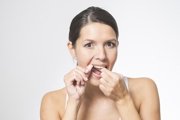 chăm sóc răng miệng bằng chỉ nha khoa